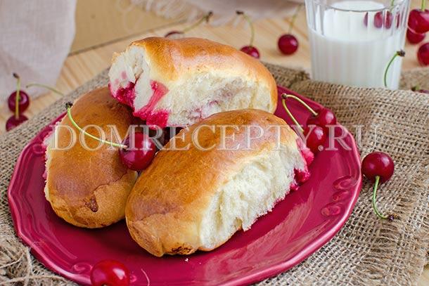 Дрожжевые пирожки с вишней