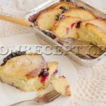Хлебный пудинг с корицей, изюмом и ягодами