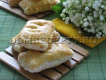 Пирожки из слоеного теста с сыром и зеленью