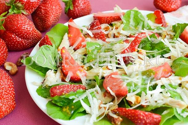 Салат с клубникой, курицей и сыром - рецепт с фото