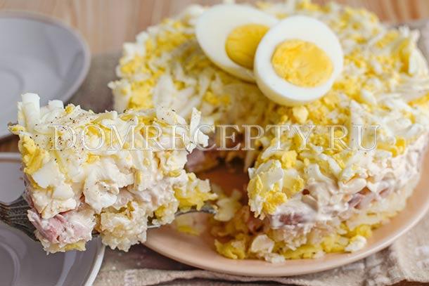 Украшаем салат половинками яйца