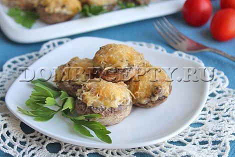 Шампиньоны, фаршированные сыром и луком - рецепт с фото
