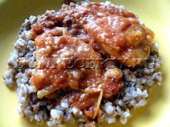 Жареная рыба с луком в томатном соусе