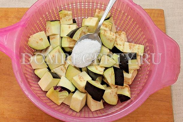 Пересыпаем нарезанные баклажаны солью
