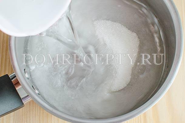 Смешиваем воду с сахаром