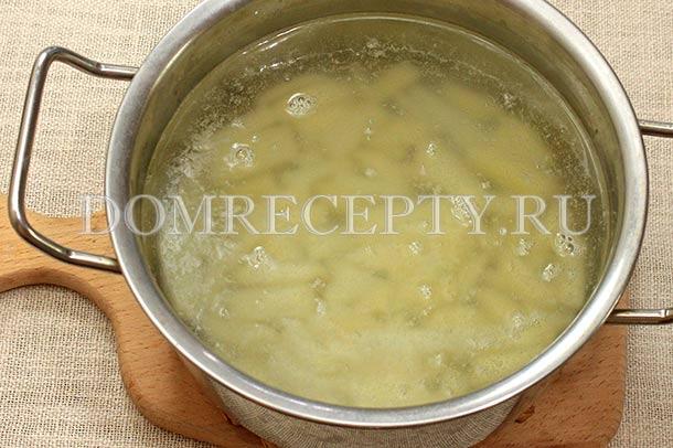 Отправляем в кипящую воду нарезанный картофель