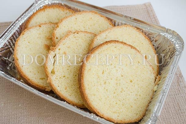 Укладываем нарезанный хлеб в форму