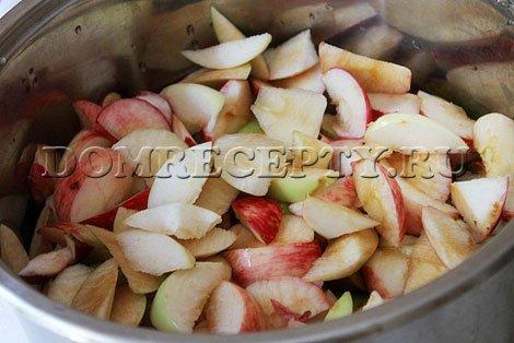Шаг 1 - Вырезаем у яблок серединки, нарезаем дольками