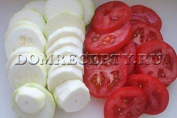 Шаг 1 - Нарезаем кабачки и помидоры