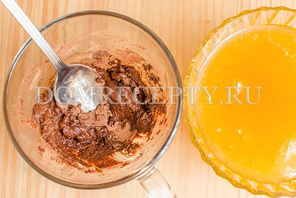 Растираем какао со специями и медом