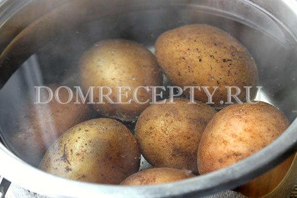 Отвариваем картофель до полуготовности
