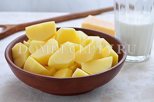 Нарезаем очищенный картофель