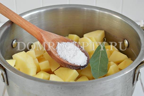 Отвариваем нарезанный картофель