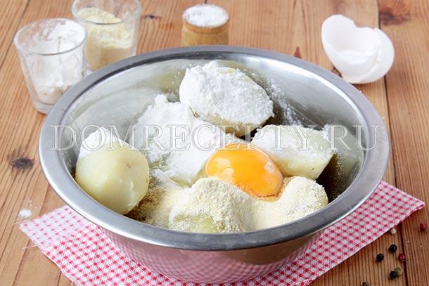 Смешиваем картофель с яйцом и двумя видами муки