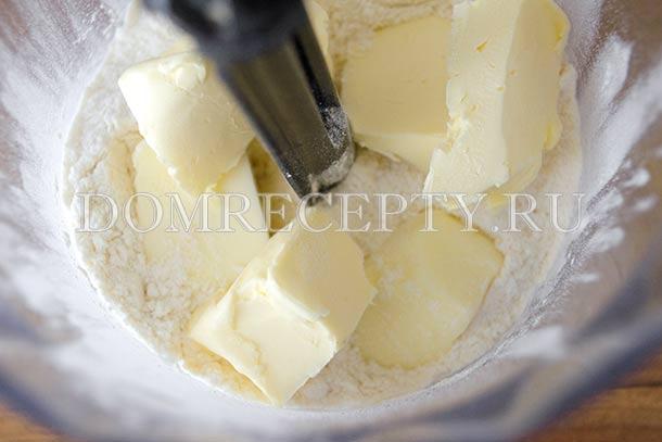 Измельчаем масло с мукой, лимонной кислотой и солью