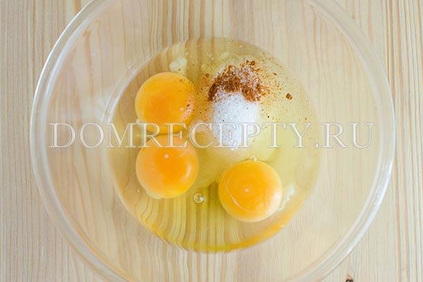Смешиваем яйца с сахаром, мускатным орехом и солью