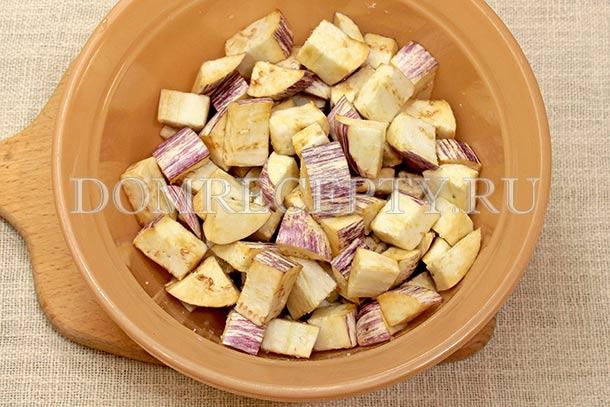 Посыпаем нарезанные баклажаны солью
