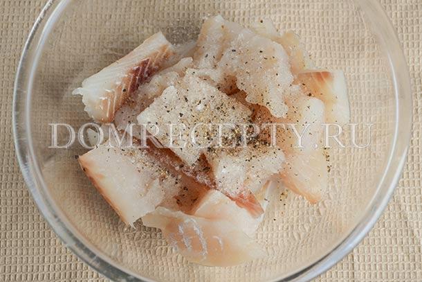 Солим и перчим нарезанную рыбу, добавляем лимонный сок