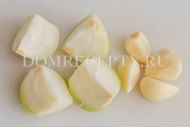 Разрезаем луковицу, чистим чеснок