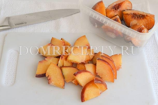 Нарезанные персики посыпаем сахаром