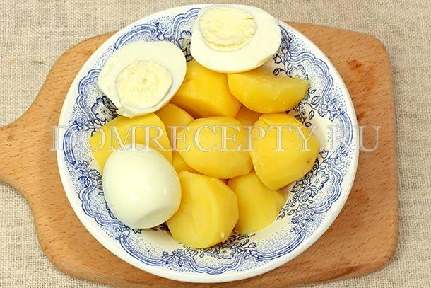 Отвариваем картофель и яйца, даем им остыть