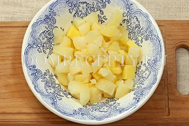 Нарезаем вареный картофель