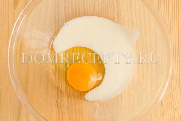 К кислому молоку добавляем яйцо
