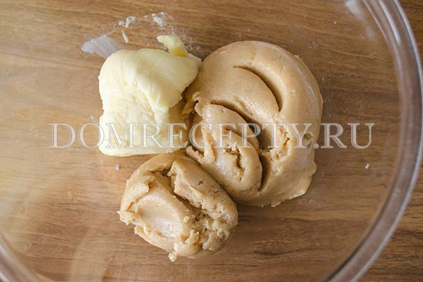 Соединяем арахисовую пасту с мягким сливочным маслом