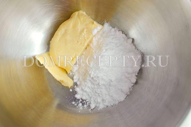 Соединяем масло с сахарной пудрой