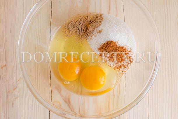 Смешиваем яйца с сахаром, мускатным орехом и корицей