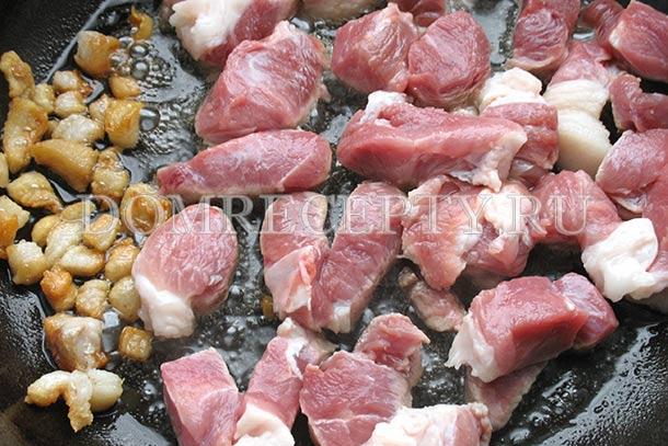Обжариваем свинину и сало для плова