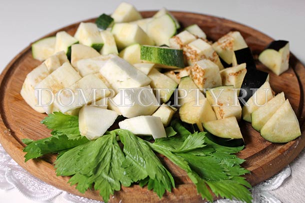 Нарезаем баклажаны, кабачки и цукини
