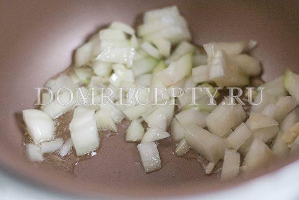 Обжариваем лук с чесноком