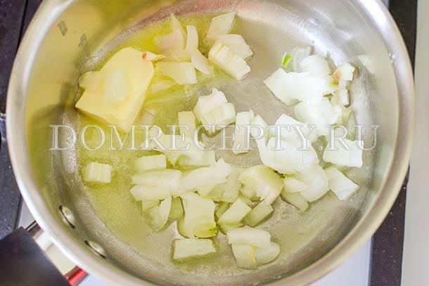 Обжариваем лук на сливочном масле