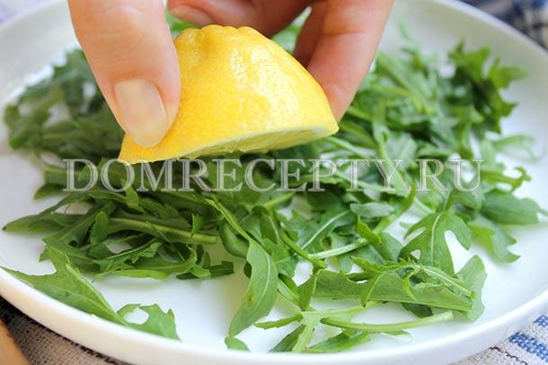 Поливаем рукколу лимонным соком
