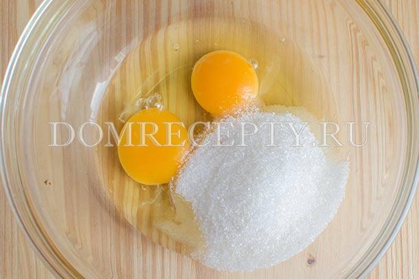 Добавляем к яйцам часть сахара и соль