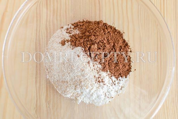 Смешиваем оба вида муки и какао