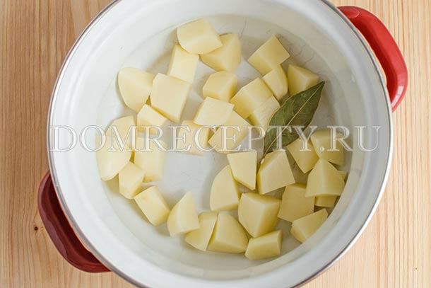 Отправляем нарезанный картофель отвариваться