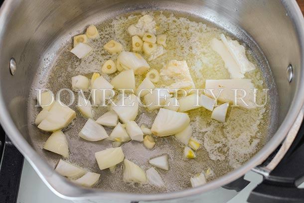 Обжариваем лук и чеснок