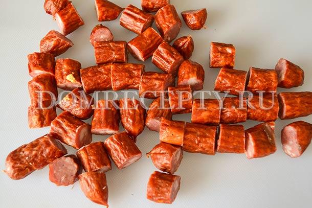 Нарезаем копченые колбаски