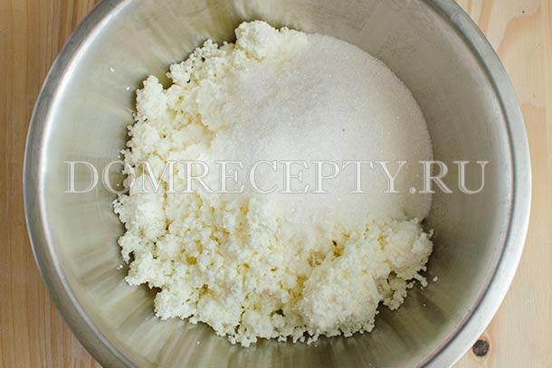 Смешиваем творог с сахаром, ванилином и солью