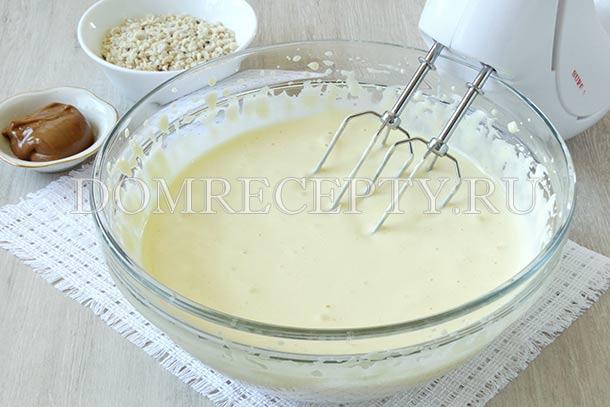 Взбиваем яйца с сахаром до пышной массы