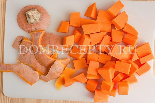Очищенную тыкву нарезаем кубиками