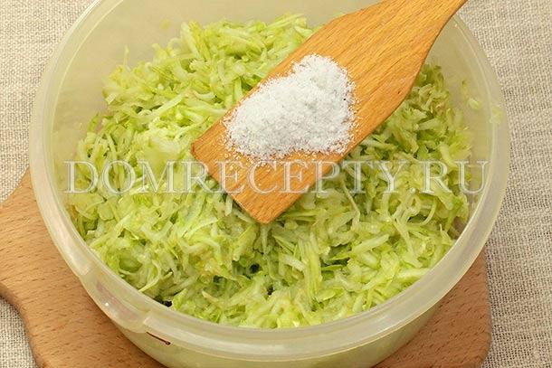 Посыпаем натертые кабачки солью