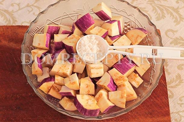 Посыпаем нарезанные кубиками баклажаны солью