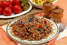 Гречка с баклажанами, приготовленная на сковороде