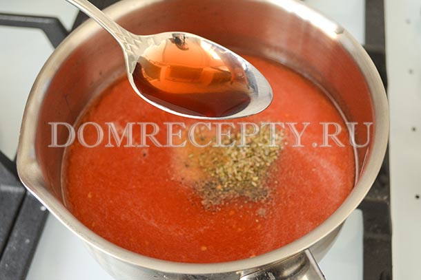 Добавляем в томатный соус специи