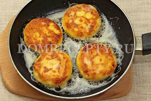 Обжариваем сырники со второй стороны