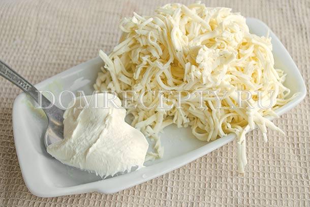 Добавляем сливки и натертый плавленный сыр