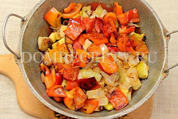 Добавляем к овощам обжаренный перец